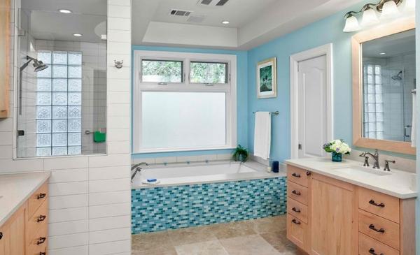 menerapkan warna biru pada kamar mandi
